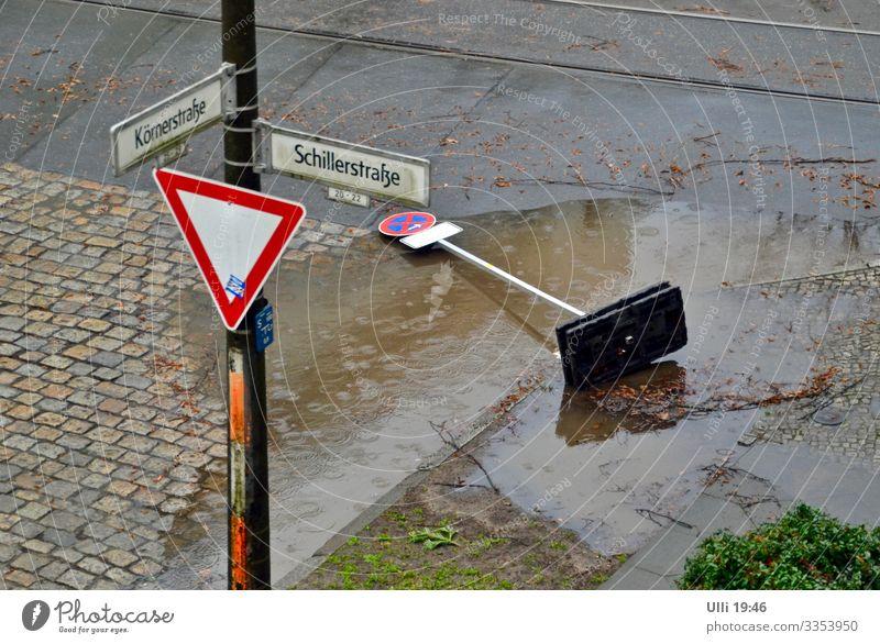 Ich war das nicht! Das war Sabine! Wasser Winter Straße kalt Stein Regen Erde Schilder & Markierungen gefährlich Wassertropfen Hinweisschild Klima bedrohlich