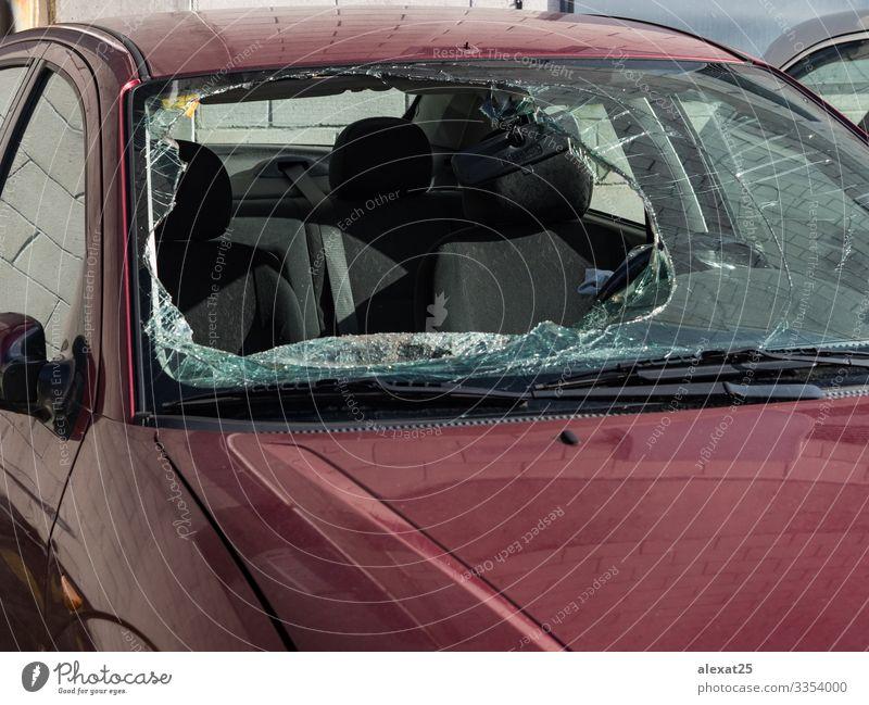 Auto mit gebrochener Windschutzscheibe Verkehr Straße Fahrzeug PKW Sicherheit gefährlich Versicherung Zerstörung Unfall Anspruch Kollision Riss Absturz