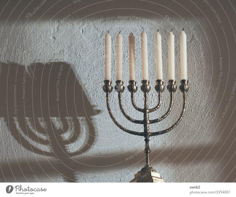 Kandelaber Souvenir Sammlerstück Menorah Kerze Kerzenständer Metall glänzend Religion & Glaube Symbole & Metaphern Judentum 7 Wand Schatten Neigung geschwungen