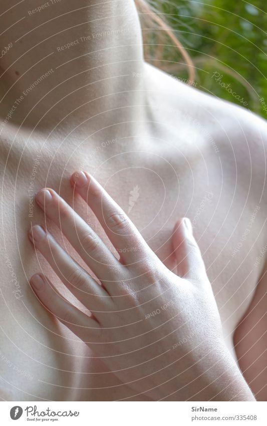234 [touch] Junge Frau Jugendliche Leben Haut Brust Hand 1 Mensch 18-30 Jahre Erwachsene Gefühle Akzeptanz Vertrauen schön Lust Zufriedenheit Partnerschaft