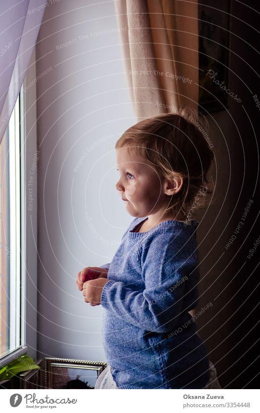 Kleines Mädchen, das auf seine Mama wartet Lifestyle Küche Kindererziehung Eltern Erwachsene Mutter Familie & Verwandtschaft Kindheit Kopf Gesicht Ohr Nase