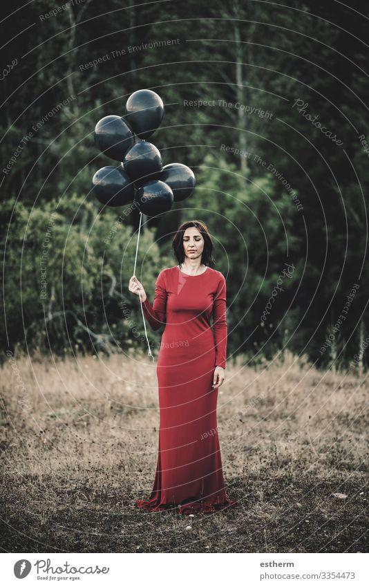 Junge Frau mit Luftballons auf dem Feld Lifestyle elegant Stil schön Leben Erholung Freiheit Mensch feminin Jugendliche Erwachsene 1 30-45 Jahre Natur Baum