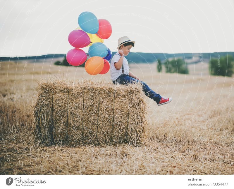 Kind mit Luftballons im Weizenfeld im Freien Lifestyle Erholung Ferien & Urlaub & Reisen Freiheit Sommer Mensch maskulin Junge 1 3-8 Jahre Kindheit Natur