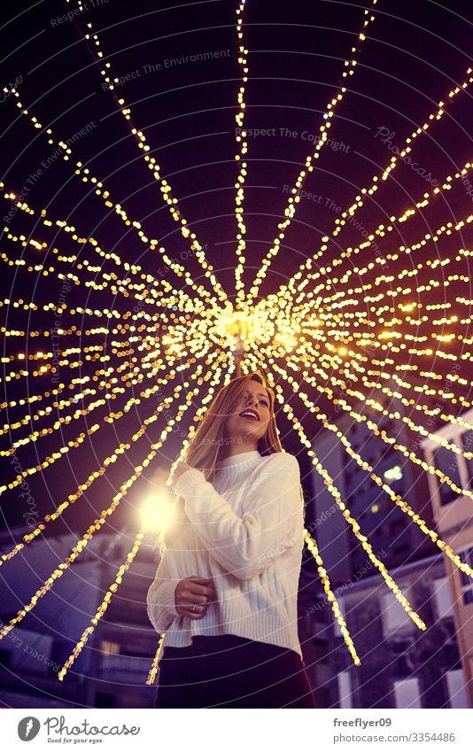 Junge Frau genießt die Weihnachtsdekoration in Vigo, Galicien, Spanien Galicia Weihnachten Beleuchtung Lichter Bokeh jung Außenseite Szene außerhalb