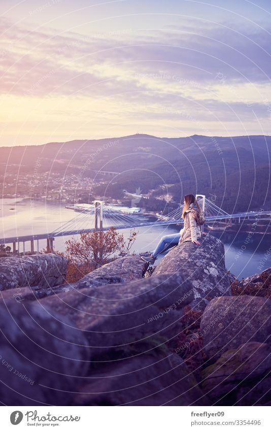 Junge Frau betrachtet Vigo von der besten Bank der Welt Kontemplation Galicia Spanien Tourismus wandern Höhe rande Brücke ria pontevedra reisen Abenteuer