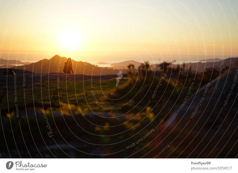 Junge Frau betrachtet den Sonnenuntergang vom Berg Galiñeiro in Vigo, Galizien, Spanien Alpen idyllisch Natur Fuß Berge Morgen romantisch Wiese Gelassenheit