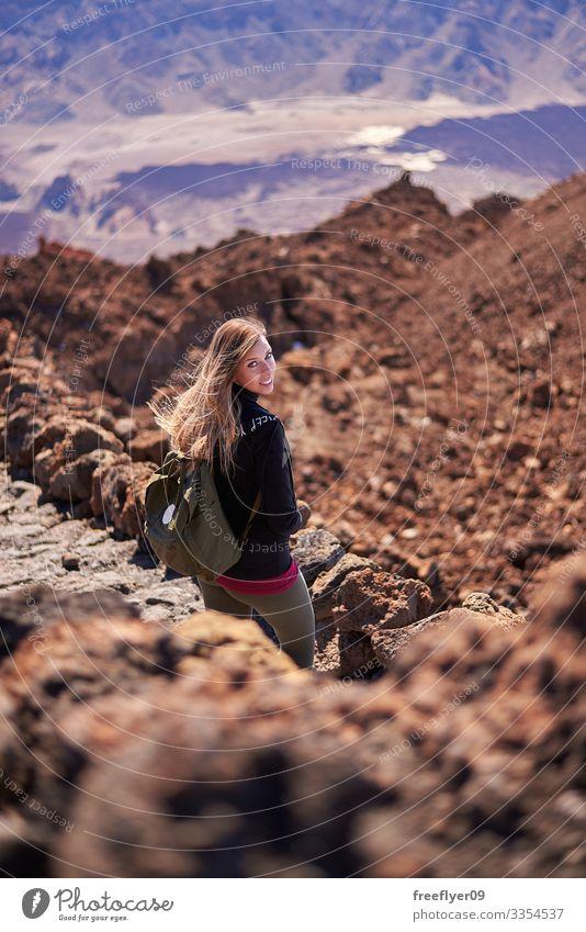 Junge Frau beim Wandern am Teide-Vulkan auf Teneriffa, Kanarische Inseln, Spanien im Freien Park vulkanisch blau wandern national Felsen durch Wolken Natur