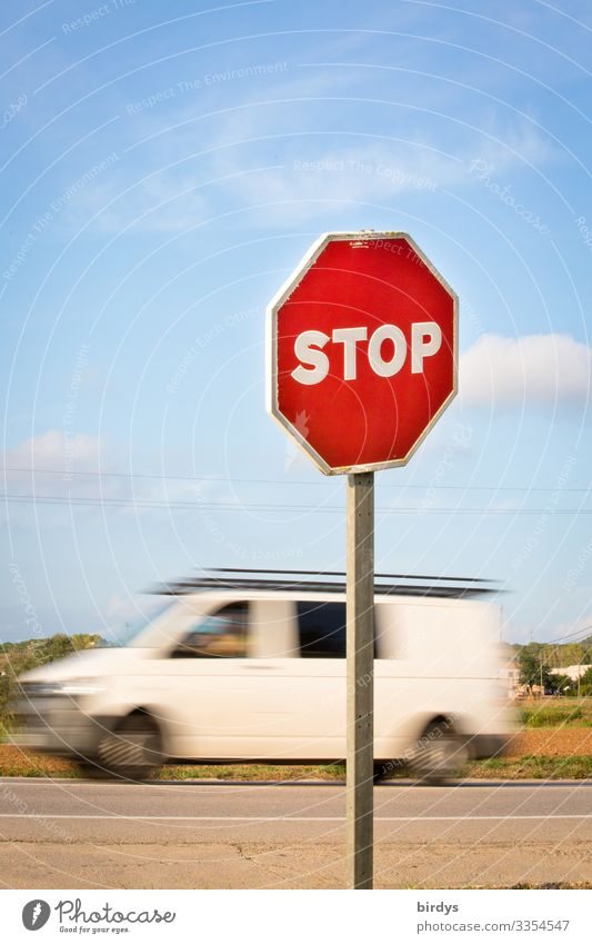 Symbolbild.Stopschild vor Straßeneinfahrt, vorbeifahrender Lieferwagen mit Bewegungsunschärfe 1 Mensch Himmel Klimawandel Schönes Wetter Verkehr Straßenverkehr