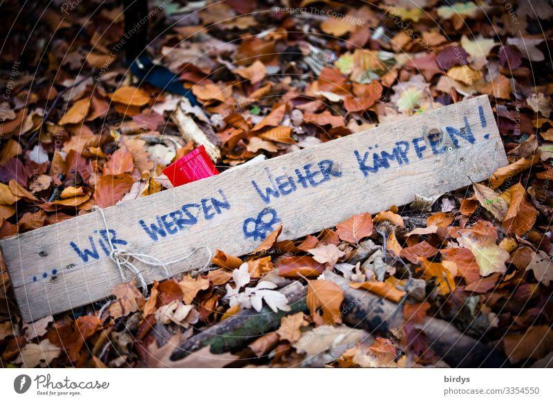Kampfansage Natur Herbst Klimawandel Herbstlaub Waldboden Holz Zeichen Schriftzeichen Hinweisschild Warnschild kämpfen Konflikt & Streit authentisch bedrohlich
