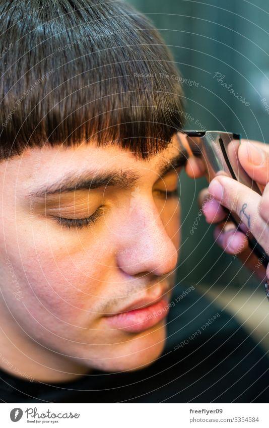 Nahaufnahme eines arbeitenden Barbiers Mann Friseur Klient professionell Stil Pflege Design Erwachsener Frisur jung Behaarung Kosmetikerin Hand Haarschnitt Kamm
