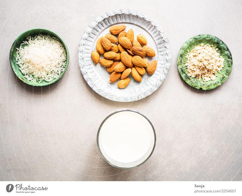 Zutaten für Mandel, Reis und Hafermilch Lebensmittel Milcherzeugnisse Haferflocken mandelmilch Ernährung Frühstück Bioprodukte Vegetarische Ernährung alternativ