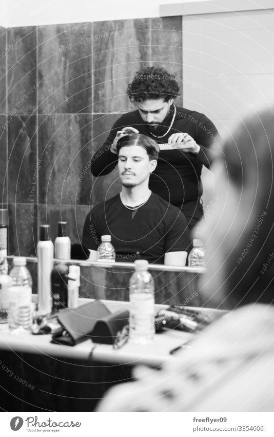 Porträt eines Barbiers und seines Kunden Mann Friseur Klient professionell Stil Pflege Design Erwachsener Frisur jung Behaarung Kosmetikerin Hand Haarschnitt