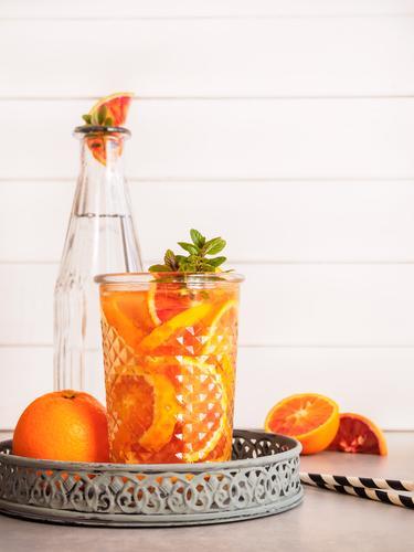 Orangenspalten in einem Glas mit Wasser Lebensmittel Minze Bioprodukte Diät Getränk Erfrischungsgetränk Trinkwasser Limonade Saft Longdrink Cocktail Flasche