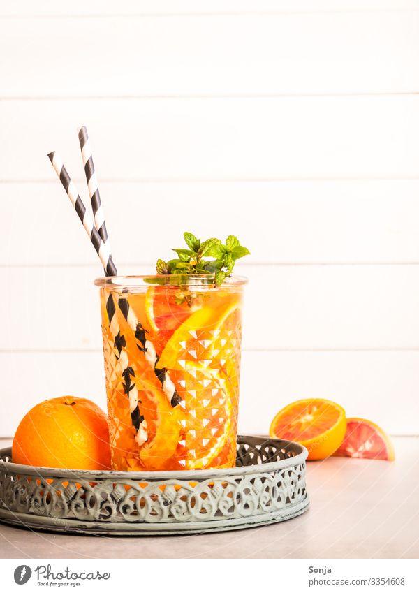 Sommergetränk mit frischen Orangen und Pfefferminze Kräuter & Gewürze Minze Bioprodukte Diät Getränk Erfrischungsgetränk Trinkwasser Limonade Saft Alkohol