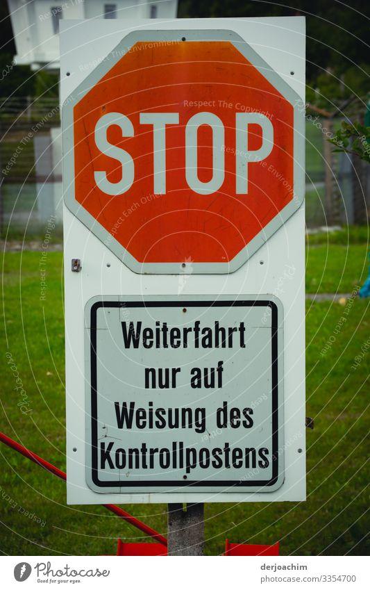 Stop. Zeigt das Schild an. Außerdem darunter : Weiterfahrt nur auf Weisung des Kontrollpostens. Design Leben Ausflug Informationstechnologie Umwelt Sommer