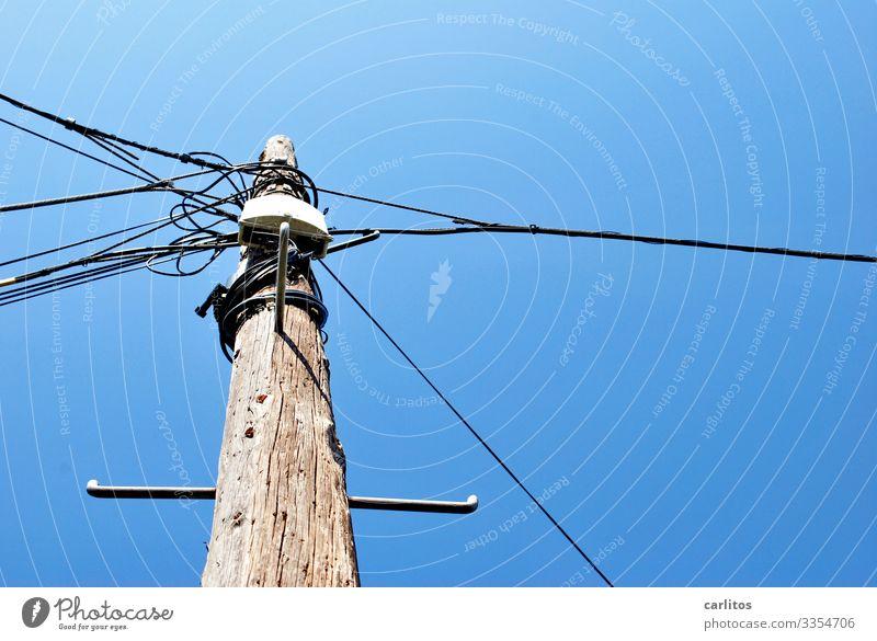 Schwer auf Draht ... Spanien Balearen Mallorca Mast Strommast Telefonmast Kabel Elektrizität Kabelfernsehen Telekommunikation Verbindung Knoten Himmel Holz blau
