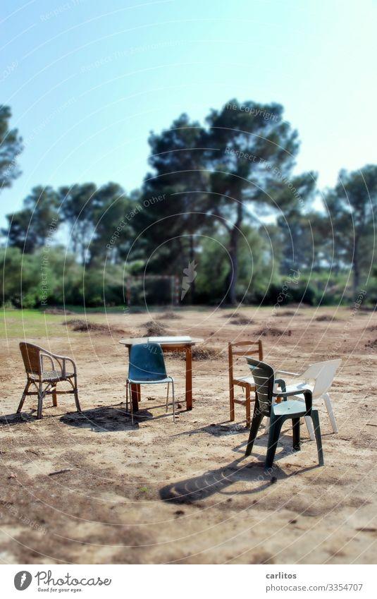 Kandidatensuche Spanien Balearen Mallorca Sportplatz Stuhl Tisch Versammlung Tilt-Shift Schwache Tiefenschärfe Unschärfe Schärfe Baum Sommer Wärme Sitzung