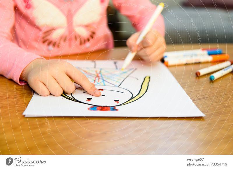 Kind zeichnet mit Stiften eine Prinzessin II Mädchen Spielen Kindheit malen zeichnen mehrfarbig Hand 3-8 Jahre Innenaufnahme Kunst Nahaufnahme Farbe bunt