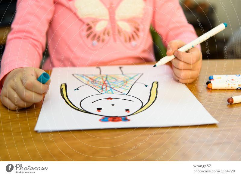 Kind zeichnet mit Stiften eine Prinzessin Mädchen Spielen Kindheit malen zeichnen mehrfarbig Hand 3-8 Jahre Innenaufnahme Kunst Nahaufnahme Farbe bunt