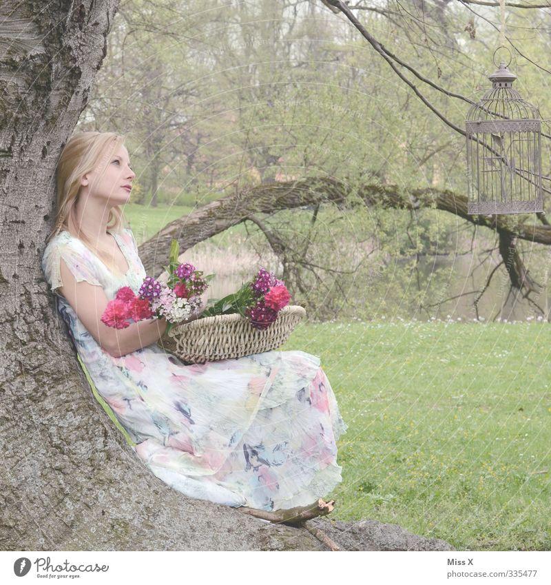 Romantisch Mensch Jugendliche schön Baum Erholung Blume ruhig Junge Frau Erwachsene Liebe 18-30 Jahre Leben feminin Gefühle Frühling träumen