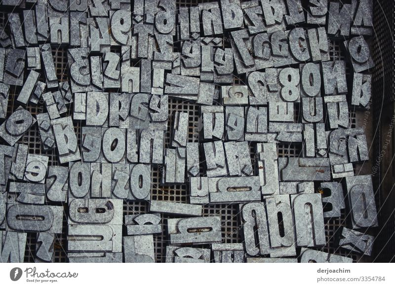 Schriftzeichen - Salat,  alles in einem Kasten Buchstaben Wort Typographie ausgeschnitten Zeichen Text Printmedien durcheinander Symbole & Metaphern