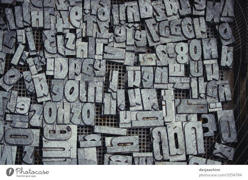 Schriftzeichen - Salat,  alles in einem Kasten. Die Schriftzeichen alle durcheinander, Buchstaben Wort Typographie ausgeschnitten Zeichen Text Printmedien