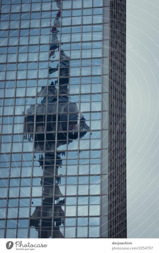 Reflexion am Hochhaus , der Berliner Fernsehturm. Der Fernsehturm ist leicht verzerrt durch die Spiegelung. Reflexion & Spiegelung Himmel Architektur modern