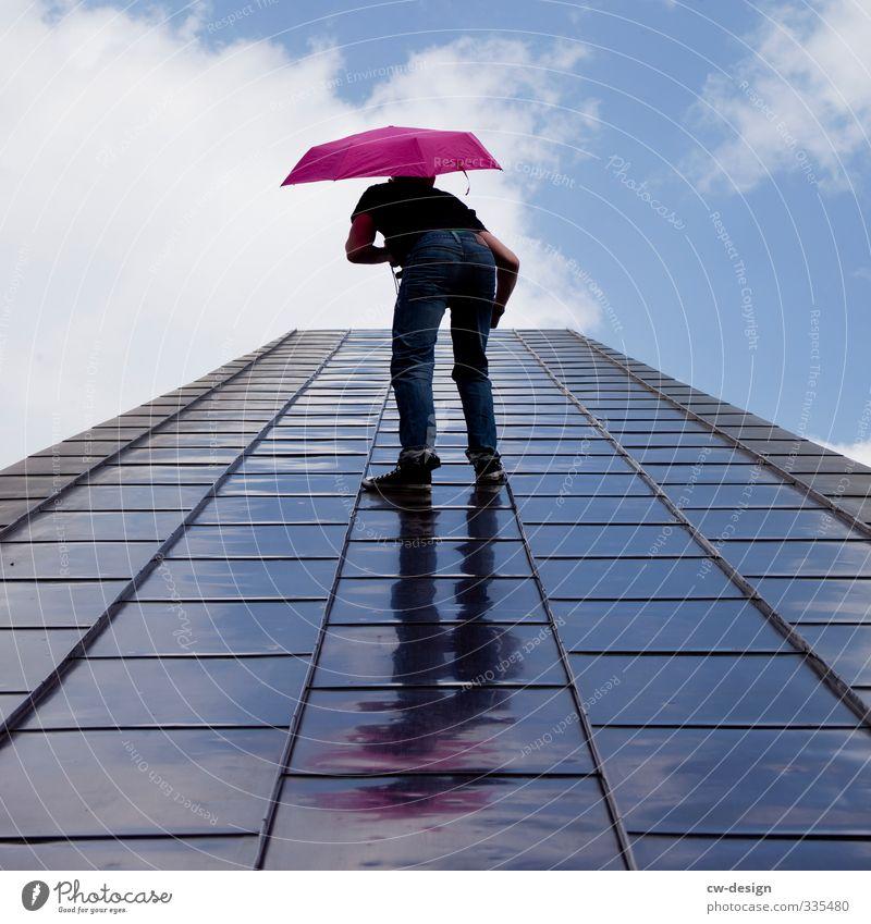 Hauptsache mit Regenschirm Mensch Himmel Jugendliche Mann Freude Wolken Junger Mann 18-30 Jahre Erwachsene Leben Bewegung Wege & Pfade Freiheit Stil