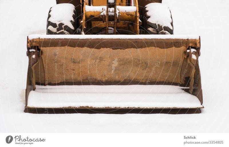 Winterpause weiß Schnee orange braun Pause Baustelle Rost Stahl Maschine Eisen stagnierend frontal Schaufel Baumaschine