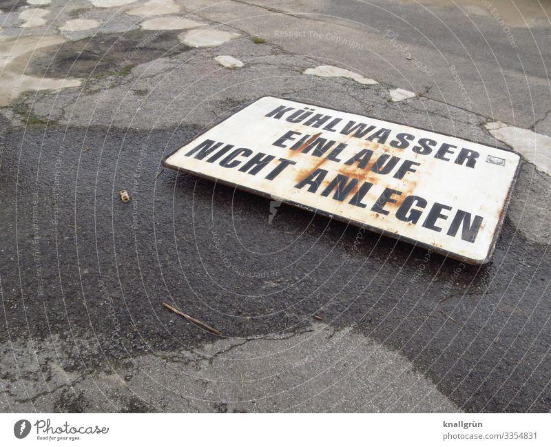 Sturmschaden Schriftzeichen Schilder & Markierungen Hinweisschild Warnschild Kommunizieren liegen kaputt grau schwarz weiß Zerstörung Farbfoto Außenaufnahme