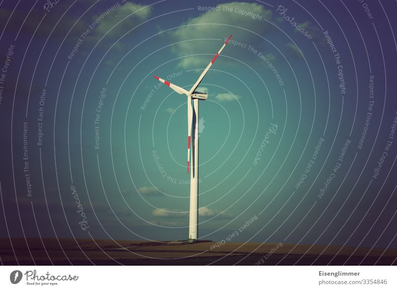 Windkraft Windkraftanlage Energiekrise retro blau Horizont Mittelpunkt nachhaltig Umwelt Umweltschutz Rotor Himmel Farbfoto Gedeckte Farben Außenaufnahme