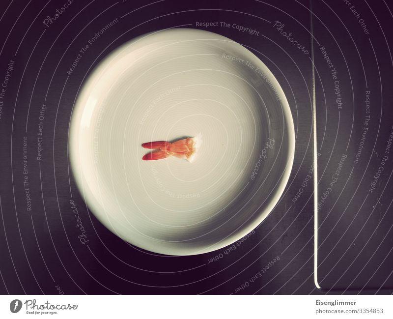 Fischflosse auf Teller Essen zubereiten Wenig Gürtel enger schnallen fehlen fischflosse Flosse sparsam Sparsamkeit Lebensmittel Farbfoto Ernährung