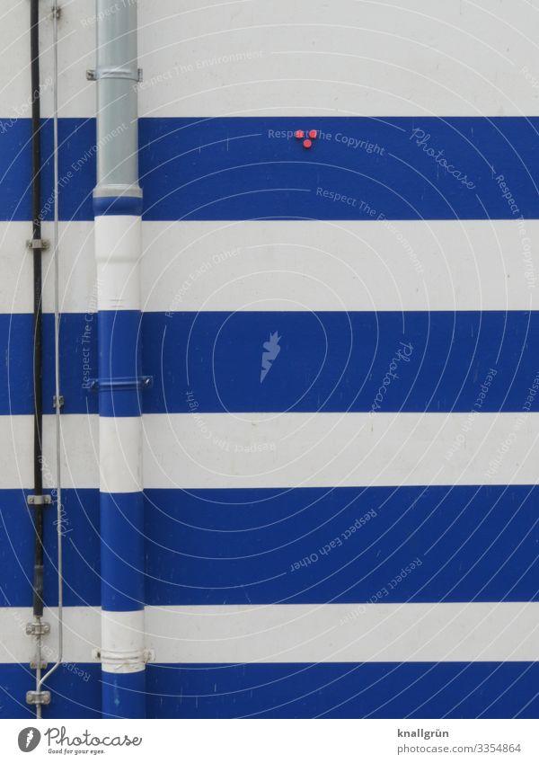 Angepasst Haus Mauer Wand Regenrohr Fallrohr Stadt blau rot weiß Streifen gestreift Leitung Punkt marineblau Farbfoto Außenaufnahme Menschenleer