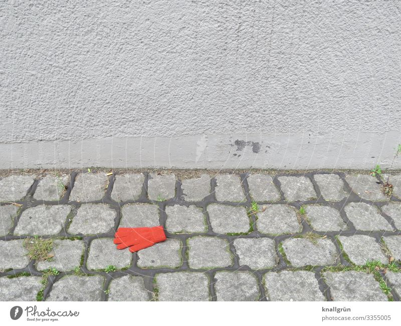Allein Stadt Farbe rot Einsamkeit Wand Traurigkeit Gefühle Mauer Mode grau liegen Bekleidung einzeln Kopfsteinpflaster Trennung Accessoire
