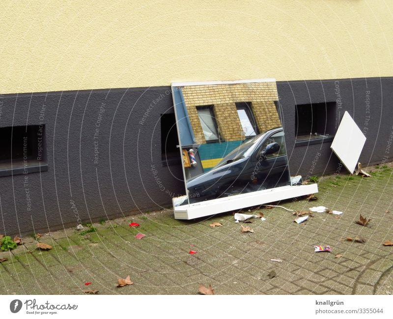 Gegenüber Stadt Haus Mauer Wand Kellerfenster Verkehrsmittel Straße Fahrzeug PKW Spiegel Spiegelbild beobachten dreckig braun grau weiß Umweltverschmutzung
