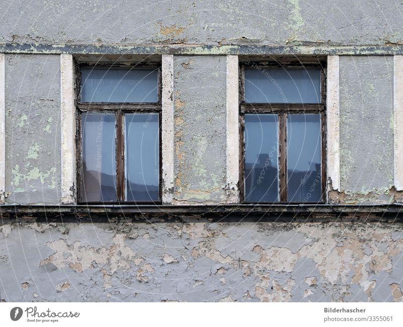 Alt und unbewohnt alt Haus Fenster Architektur Holz Wand Fassade Glas kaputt historisch Bauwerk Wohnhaus fallen Jahr Unbewohnt Riss