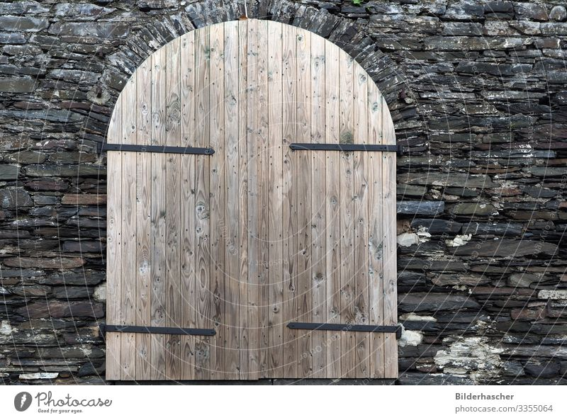 Einfache Holztür Tür verwittert Holzwand Scheune Lagerschuppen Weinkeller Keller Kellertür Eingangstür Holzuntergrund Holzbrett Holzmaserung Holztor rustikal