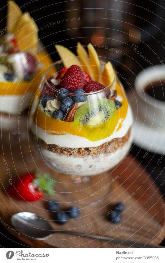 Frühstücks Bowl Lebensmittel Joghurt Frucht Getreide Mango Kiwi Himbeeren Blaubeeren Mandel Haferflocken Ernährung Essen Bioprodukte Vegetarische Ernährung Diät