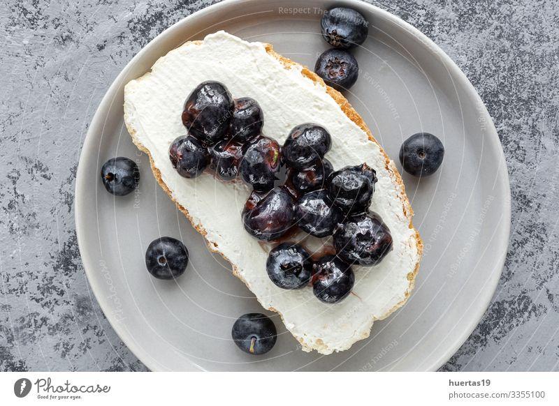Toastbrot und verschiedene Aufstriche von oben Lebensmittel Käse Gemüse Brot Ernährung Frühstück Mittagessen Abendessen Vegetarische Ernährung Diät