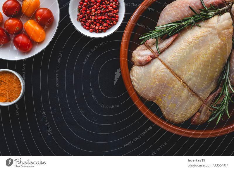 Ganzes ungekochtes Hühnerfleisch mit Kräutern und Gewürzen Lebensmittel Fleisch Gemüse Kräuter & Gewürze Ernährung Mittagessen Abendessen Diät Vogel frisch oben