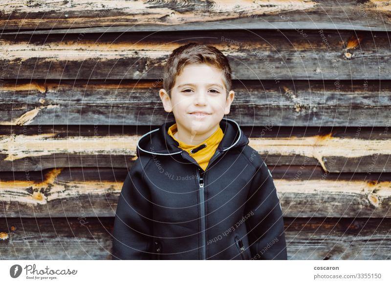 Porträt eines schönen Kindes mit Holzuntergrund Lifestyle Stil Glück Ferien & Urlaub & Reisen Mensch maskulin Kleinkind Junge Kindheit 1 3-8 Jahre 8-13 Jahre