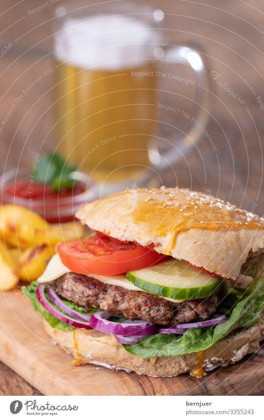 Burger Fleisch Käse Brot Brötchen Mittagessen Abendessen Bier Becher Tisch Holz lecker Geschwindigkeit weiß Pommes frites Kartoffeln Cheeseburger gebraten