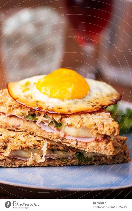 Croque Madame Käse Brot Frühstück Mittagessen Fastfood Fingerfood Gabel Gastronomie Wasser Holz lecker Schinken backen Snack grillen Speck Belegtes Brot