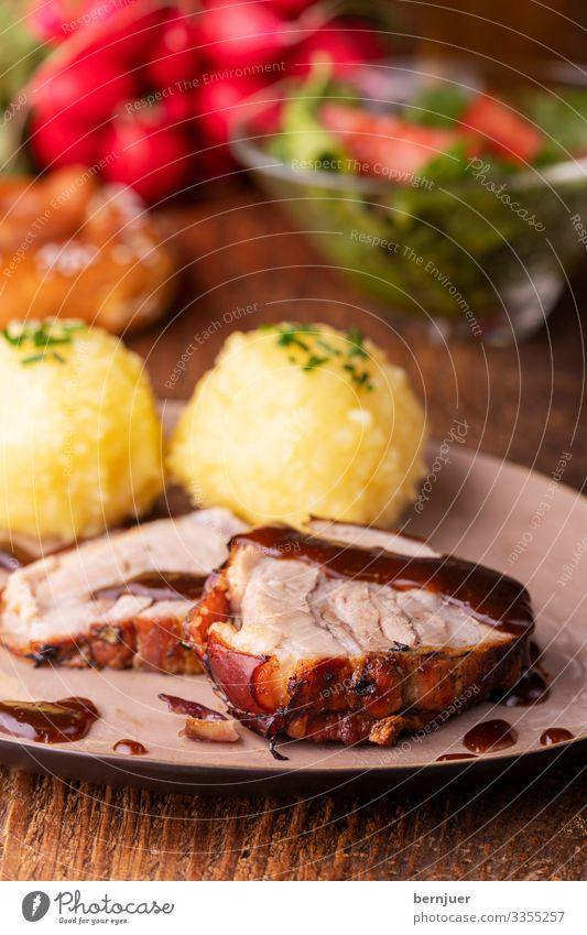 bayerisches Schweinebraten Abendessen Bier Teller Restaurant Oktoberfest Holz groß Kochen Kruste Schweinefleisch kochen & garen grillen servieren Tomate
