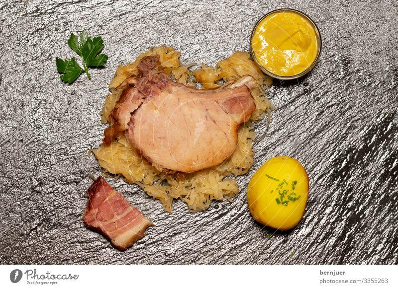 Choucroute Fleisch Wurstwaren Gemüse Brot Abendessen Bier Teller Winter Oktoberfest Gastronomie frisch lecker Kohl Speck Mahlzeit Kartoffeln kochen & garen