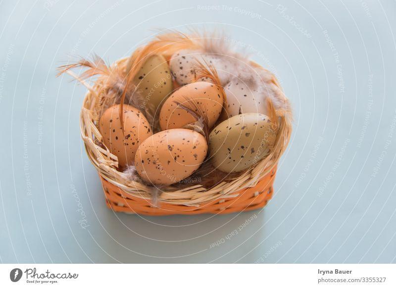Easter backgruond with eggs and feathers in basket. Lifestyle harmonisch Freizeit & Hobby Spielen Kinderspiel Garten Essen Ostern Natur Tier Dose Gartenzwerge