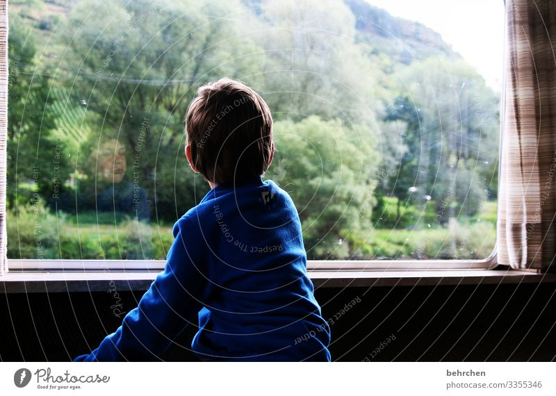 . Zukunft Fernweh Sehnsucht Hoffnung Fenster Kind Porträt Kindheit Junge Familie allein Einsamkeit Tagträumer melancholisch melancholie traurig Traurigkeit