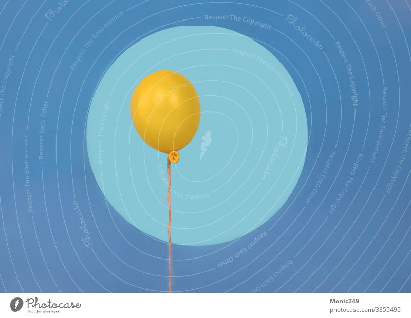 Gelber Wasserballon schwebt, auf blauem Hintergrund Ferien & Urlaub & Reisen Tourismus Ausflug Abenteuer Sommer Zirkus Natur Landschaft Himmel Blüte Park Felsen