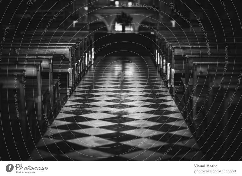 Dekorativer Boden eines Kirchenschiffs Gebäude Architektur Religion & Glaube aufgereiht Bodenbelag Selektiver Fokus Gebetsstätte Spiritualität pew Fliesenboden