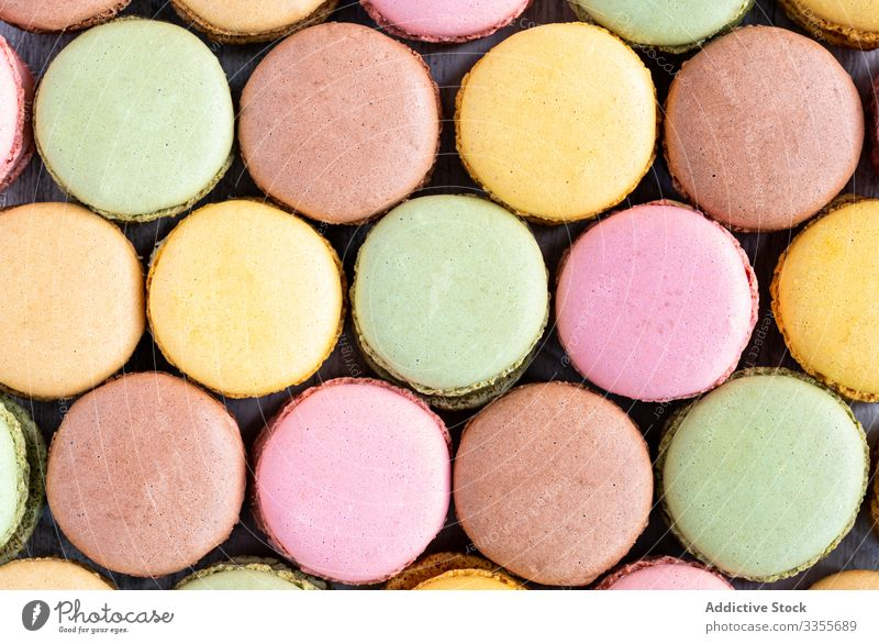 Frische knusprige Makronen Stapel Dessert farbenfroh Snack Lebensmittel hölzern Biskuit süß Feinschmecker sortiert Gebäck Konfekt traditionell lecker
